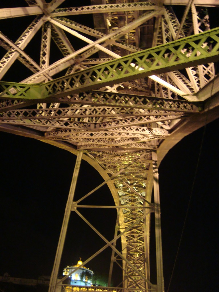 La estructura recuerda a la Torre Eiffel