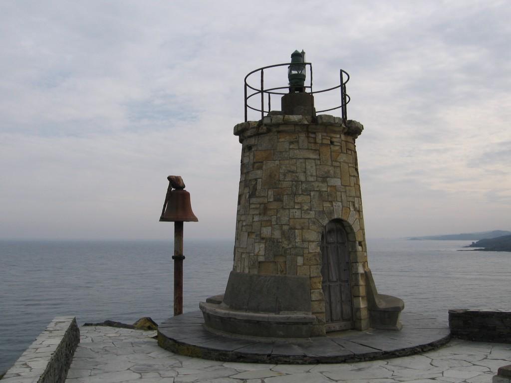 La antigua baliza y su campana para niebla